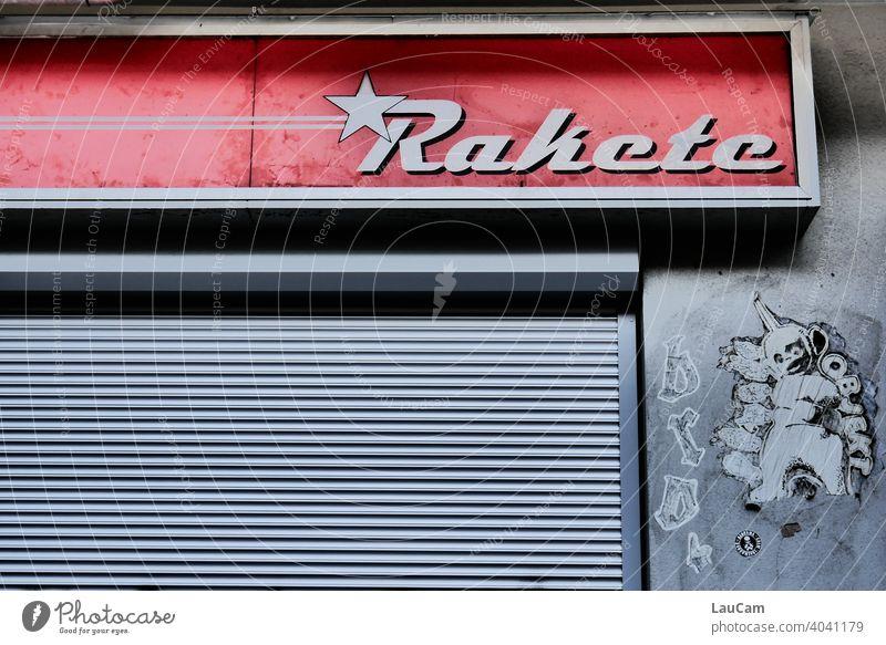 Berliner Hausfassade mit Schriftzug Fassade Wand Buchstaben Farbfoto Graffiti Text Außenaufnahme Straßenkunst Menschenleer Kreativität Subkultur Kunst