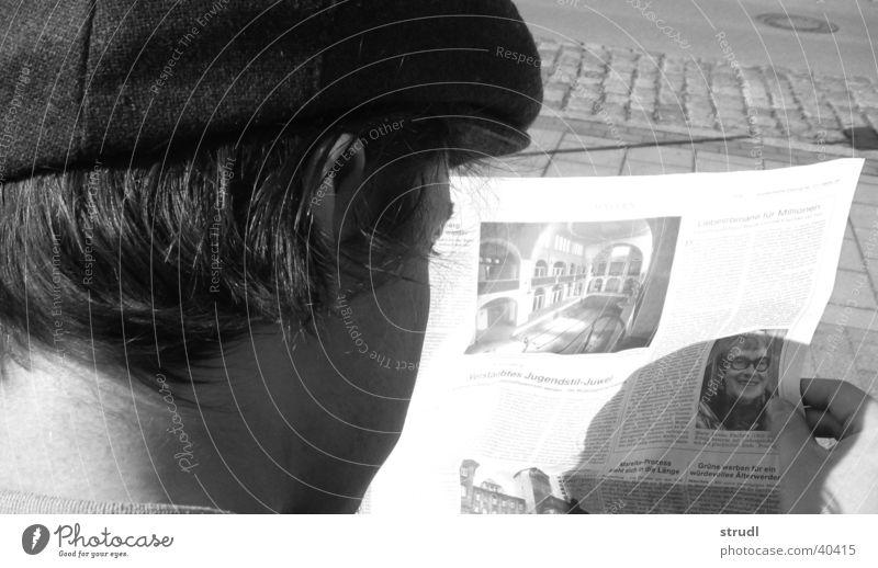Lesen bildet Zeitung Mann lesen schwarz weiß grau Bildung Mütze Baseballmütze Kopf Typ bene süddeutsche Hut kappe