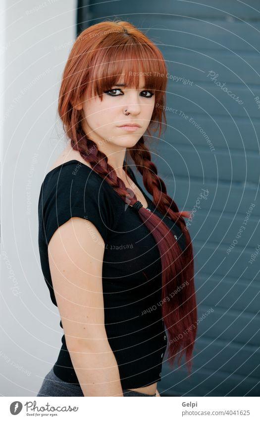 Rebellisches Teenager-Mädchen mit roten Haaren rebellisch jung Frau Jugend Person Porträt Menschen Hintergrund Schönheit vereinzelt Kaukasier Einstellung weiß