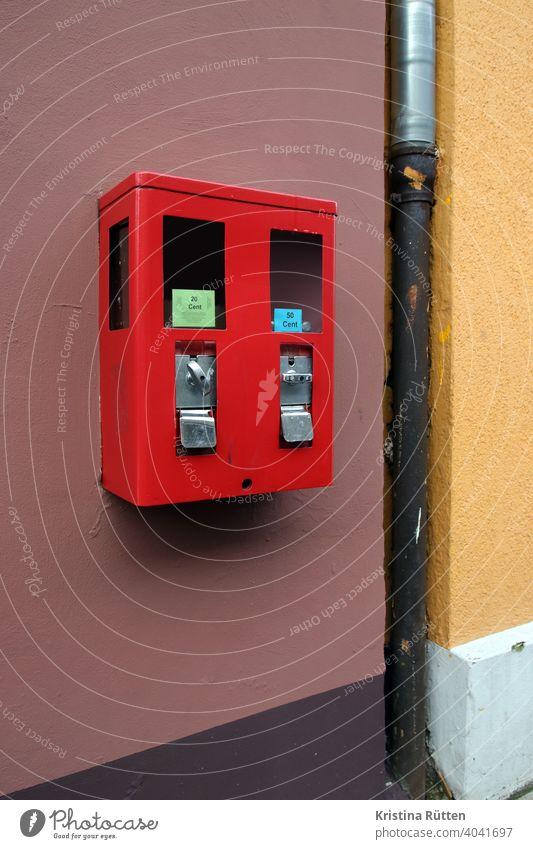 kaugummi- und spielzeugautomat kaugummiautomat verkaufsautomat rot sichtfenster münzeinwurf drehgriff drehmechanismus ausgabe ausgabefach klappe ausgabeklappe