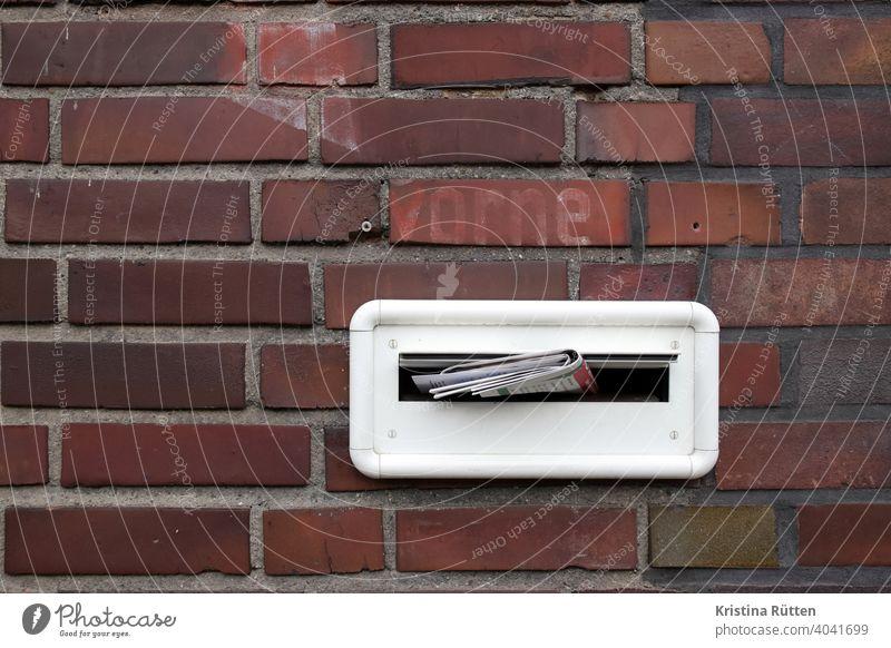 """briefkasten mit post in hausfassade mit verblasstem """"vorne"""" schriftzug briefschlitz brieklappe briefeinwurf einwerfen prospekte zeitung postwurfsendung werbung"""