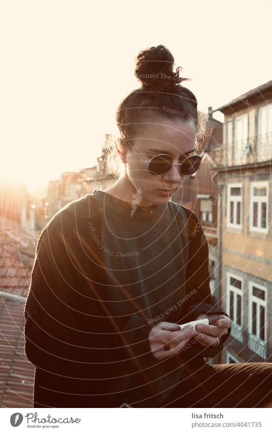 AUF DEN DÄCHERN PORTOS Freiheit Urlaub Urlaubsstimmung Ferien & Urlaub & Reisen Tourismus Außenaufnahme Sommerurlaub Frau 25-29 Jahre Porto Dach Zigarette