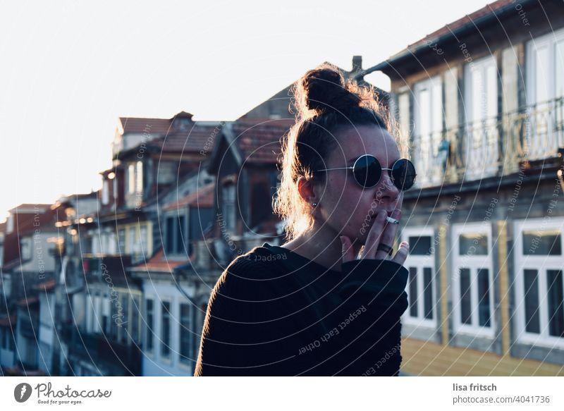 HÄUSER - FRAU - SONNENBRILLE - RAUCHEN Frau 25-29 Jahre Sonnenbrille Dutt brünett Coolness entspannt locker Jugendlich frei genießen Zufriedenheit Tourismus