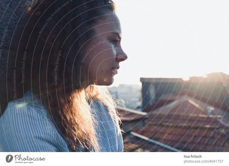 NACHDENKLICH Frau 25-29 Jahre Locken brünett Sommer sommerlich Außenaufnahme Farbfoto Erwachsene Sonnenlicht Sonnenstrahlen nachdenken überlegen Traurigkeit
