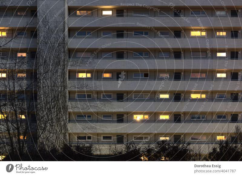 Wohnblock mit beleuchteten Fenstern Wohnen zu Hause bleiben Abend Licht Zurückgezogenheit Fassade Stadt Architektur Balkone Außenaufnahme