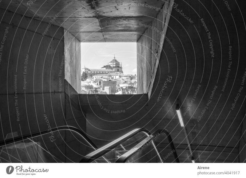 Fortbewegung auf spanischer Treppe Rolltreppe Spanien Toledo Treppengeländer Ausblick Fenster Altstadt historisch Hauptstadt Treppenhaus Beton Schacht abwärts
