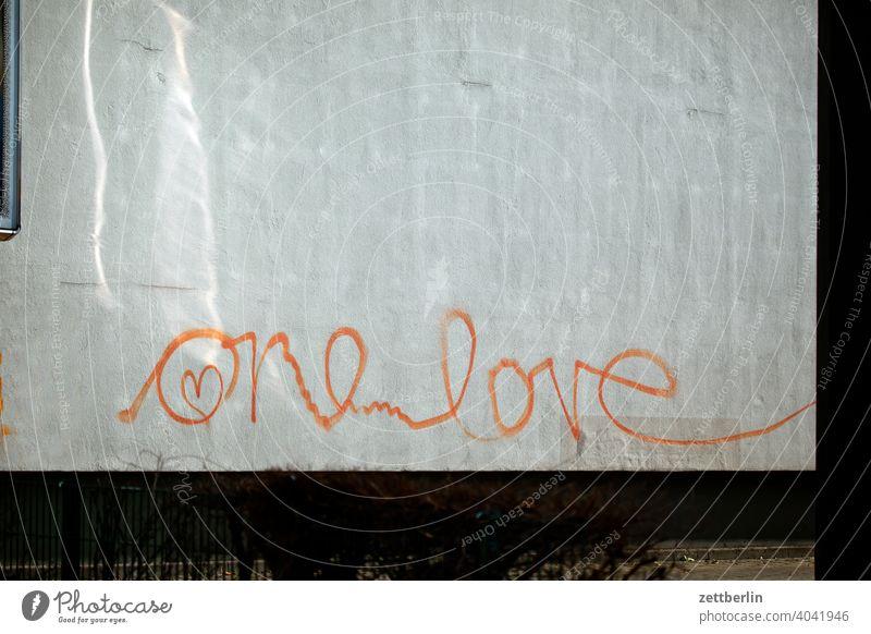 One Love liebe liebeserklärung zuneigung romantik romantsch wand fassade mauer schrift frühlingsgefühle emotion herz piktogramm tagg spray sprayer