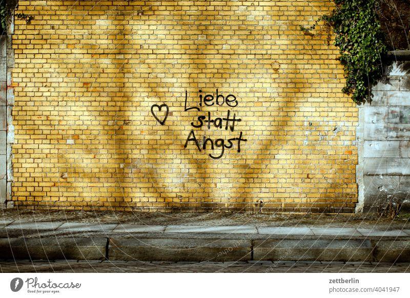 Liebe statt Angst alternative gesprayt sprayer tagg romantik zuneigung herz klinker wand mauer politik slogan botschaft message angst liebe schrift aufschrift