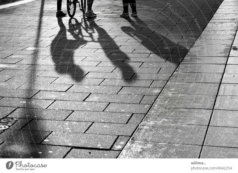Begegnungen Schatten Menschen 3 Kommunikation Treffen begegnen Schwatz Menschengruppe Fußgänger Platz Fußgängerzone Beine Fahrrad unterhalten Unterhaltung