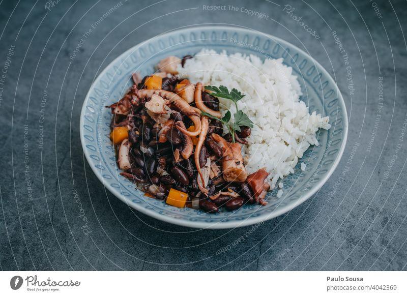 Oktopus kochen Essen zubereiten Octopus verzehrfertig Frische Bohnen Lebensmittel Gesundheit Mahlzeit Feinschmecker Hintergrund lecker geschmackvoll Snack
