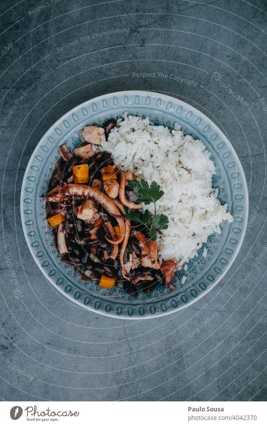 Oktopus mit Bohnen Gericht Octopus Speise Teller Lebensmittel Mediterrane Küche Portugal Meeresfrüchte Gesundheit Ernährung Farbfoto mediterran Mittagessen