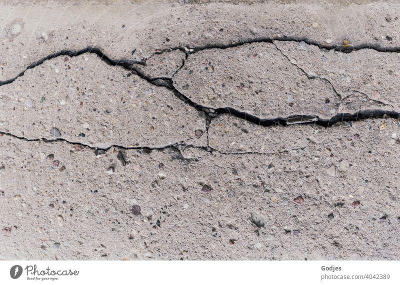 Risse in einer Betondecke alt Menschenleer Strukturen & Formen Außenaufnahme Wand Muster Farbfoto Detailaufnahme Verfall kaputt Fassade Nahaufnahme Mauer