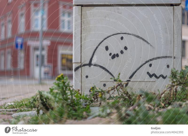 Stromkastens mit eierförmigen Smiles an einer Straßenkreuzung, Graffiti Eier Ostern Öffentlichkeit Schmiererei Osterei Feste & Feiern Dekoration & Verzierung
