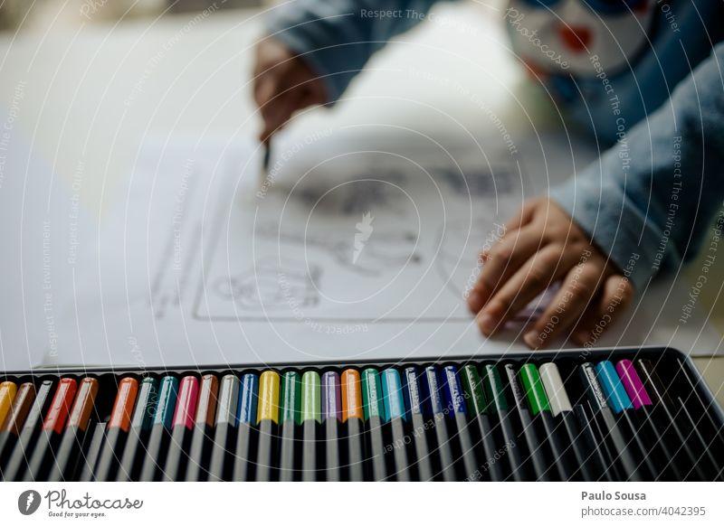 Kind malt mit Buntstiften Bleistift farbig farbenfroh Farbe Farben Farbverlauf Stifte zeichnen zu Hause Kindergarten Schule Farbstift grün Kunst Zeichnung