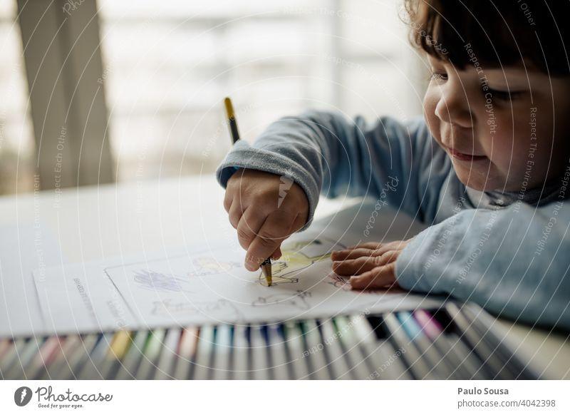 Kind zeichnet mit Buntstiften Kindheit zeichnen Zeichnung farbenfroh farbig Bleistift Kreativität Bildung lehrreich Farbe kreativ Kunst Kindergarten elementar