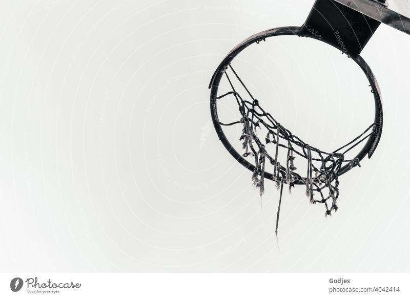 Basketballkorb mit zerfleddertem Netz in schwarzweiß kaputt Sport Ballsport Spielen Korb Außenaufnahme Himmel Freizeit & Hobby Sommer Schönes Wetter