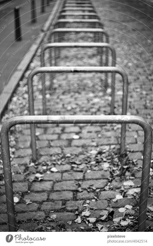 Mehrere Fahrradbügel in einer Reihe hintereinander fahrrad fahrräder Verkehr abstellen Diebstahl abschließen schloss sicherheit Straßenverkehr Zweirad Mobilität