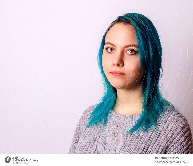 Porträt eines jungen schönen Mädchens Frau Atelier hübsch Glück Model Haut niedlich Schönheit Kaukasier attraktiv Hintergrund Jugend Nahaufnahme Gesicht Make-up