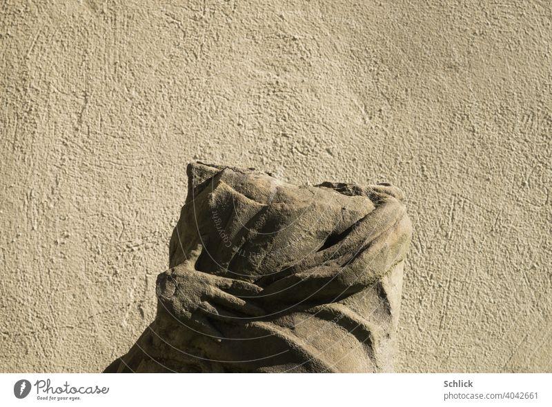 Kopflos, Porträt einer Heiligenstatue aus Sandstein ohne Kopf kopflos Statue Brustbild Seitenlicht Hand geköpft Vandalismus Religion & Glaube Katholizismus