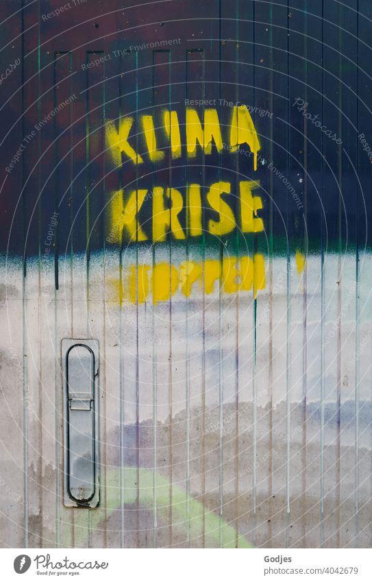 Graffiti 'Klimakrise eröffnet' an einer Tür eines Stromkastens |ungesund Power-Box Metapher Farbfoto grau Menschenleer Wand Stadt dreckig Fassade Außenaufnahme
