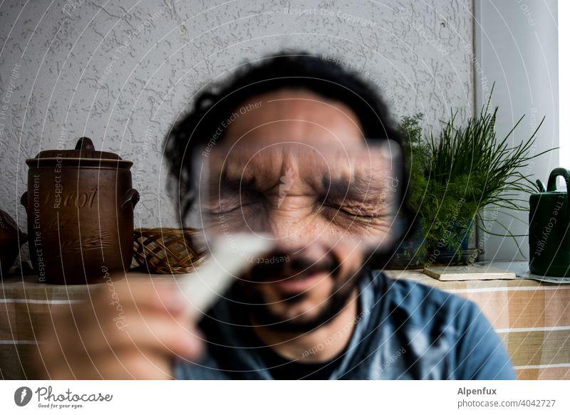 ich sehe es nicht Lupe Lupenglas Lupenaufnahme Wegsehen vergrößert Nahaufnahme Gesicht Gesichtsausdruck Blick Innenaufnahme Mensch Mann Auge Farbfoto lustig