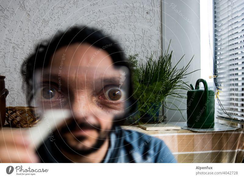 Sie beobachten uns! Augen alien Kopf Gesicht Farbfoto Mensch Porträt Außerirdischer Lupe Lupeneffekt Lupenglas Lupenaufnahme Blick in die Kamera maskulin
