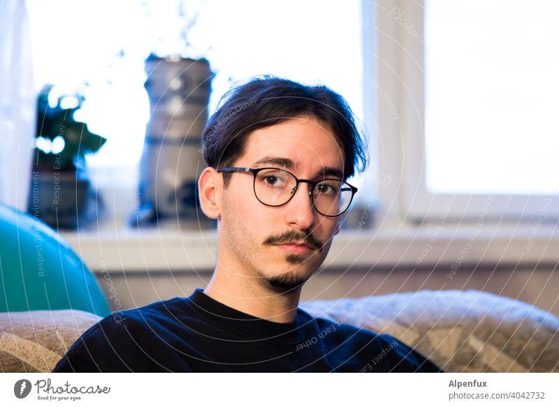 junger Mann Junger Mann Jugendliche Mensch maskulin 18-30 Jahre Porträt Tag Farbfoto Bart Gesicht Coolness Dreitagebart trendy Blick in die Kamera Portrait Kopf