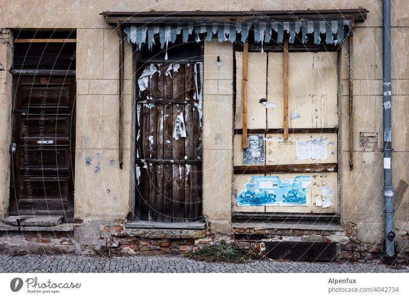hier heute keine Tanzveranstaltungen ! Leerstand Ladengeschäft Insolvenz geschlossen Schaufenster bankrott Handel pleite Geschäft verlassen corona leer