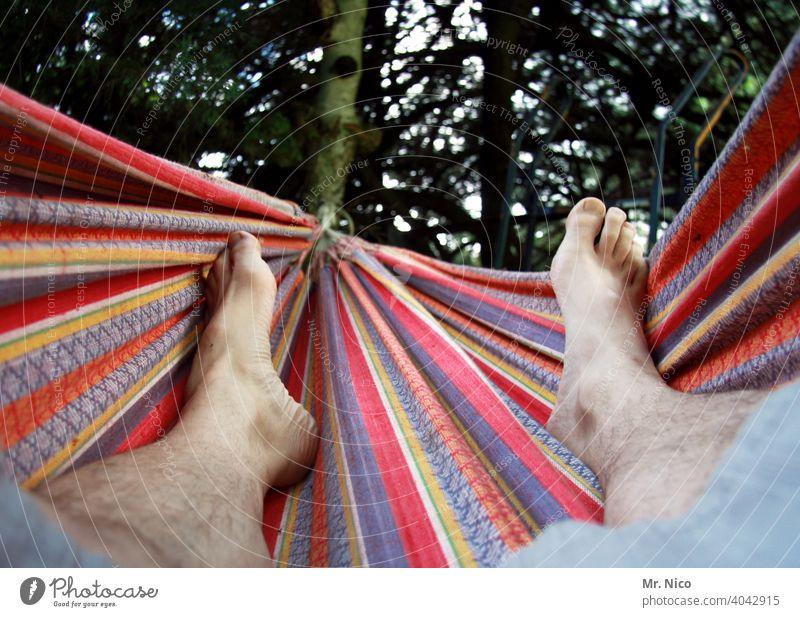abhängen Hängematte Fuß Haut maskulin Garten Umwelt Sommer Zufriedenheit Erholung ruhig chillen Pause faulenzen Wochenende Barfuß Glück Wärme Gelassenheit