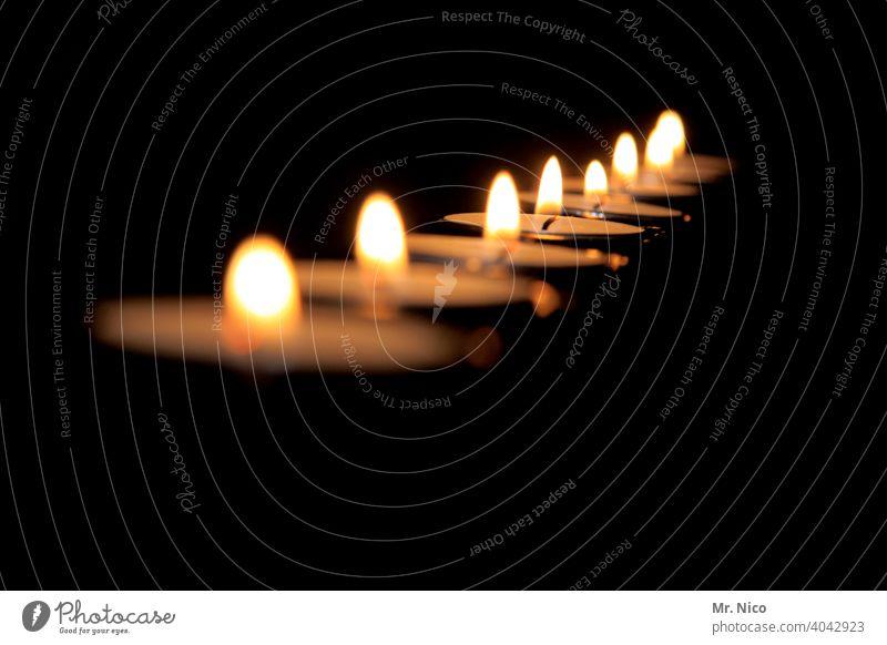 Teelichter Flamme brennend Flammen traditionell Kerzen Stimmung dekorativ Dekoration & Verzierung besinnlich Besinnlichkeit brennende Kerzen gemütlich