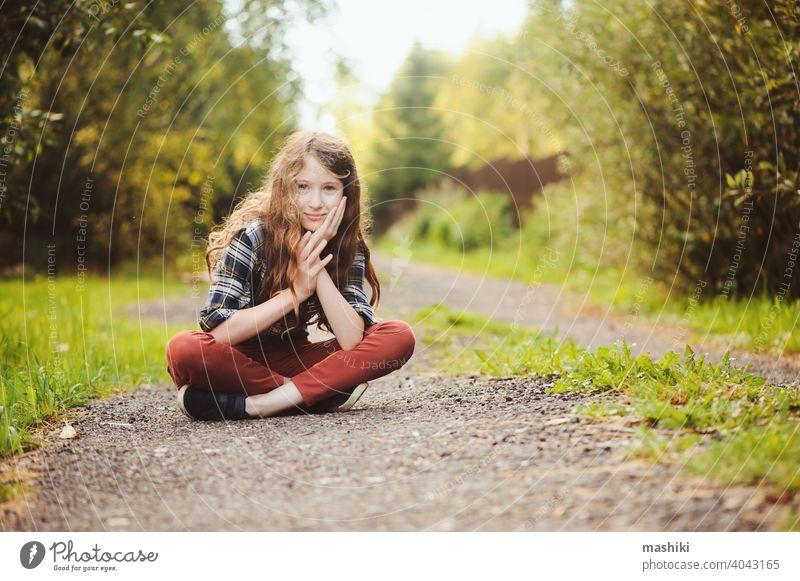 preteen 11 Jahre alt Kind Mädchen zu Fuß auf Sommer Landschaft Straße, genießen Urlaub im Freien Natur Glück Kindheit laufen Gras Sonnenuntergang Spaß Weg jung
