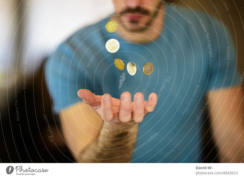 Mann fängt Geldmünzen mit der Hand auf € Euromünzen Reichtum Erfolg Finanzen sparsam Kapital Sparfuchs kreativ Gier Bargeld Investition Vermögen