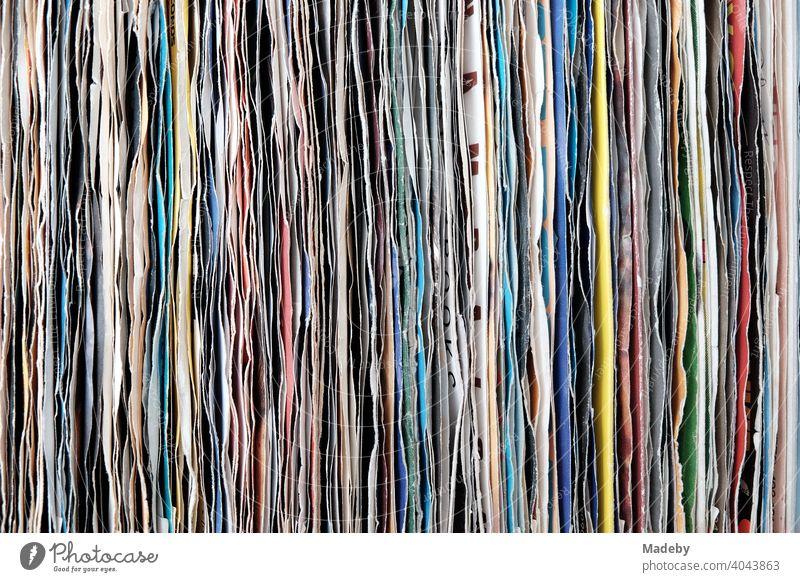 Alte Schallplatten in bunten Papierhüllen auf dem Flohmarkt bei den Golden Oldies in Wettenberg Krofdorf-Gleiberg bei Gießen in Hessen Vinyl Platte Single Hülle