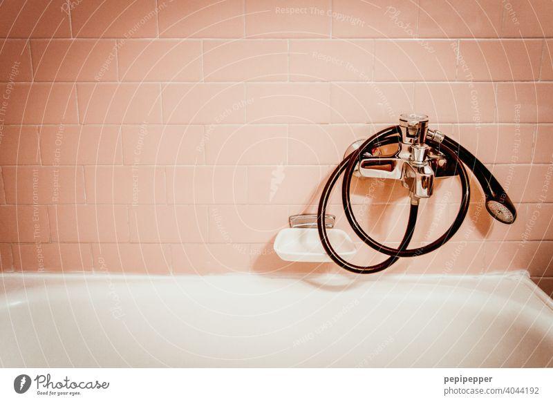 altes Badezimmer mit rosafarbenen Fliesen Badezimmerfliesen Badezimmerarmatur Badezimmer-Waschbecken Badezimmerwanne Badewanne retro Retro-Farben retro-stil