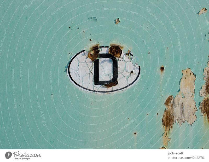Länderkennzeichen D Deutschland Rost Oval Riss retro grün Vergänglichkeit Wandel & Veränderung Made in Germany Detailaufnahme Hintergrund neutral Zahn der Zeit