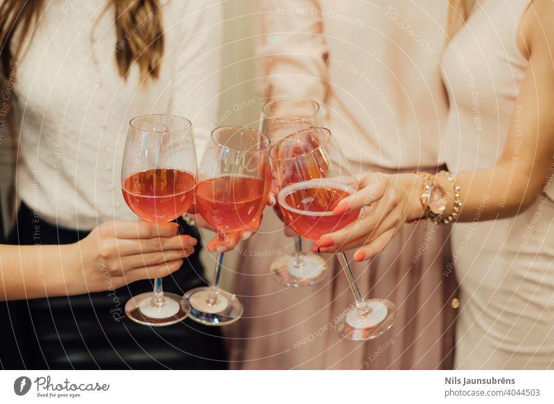 Mädchen jubeln mit Wein auf der Party. Geburtstag jubelt Glas jung Glück Alkohol heiter Person trinken zu feiern Frau Freunde Bar Nacht Fröhlichkeit Zuprosten