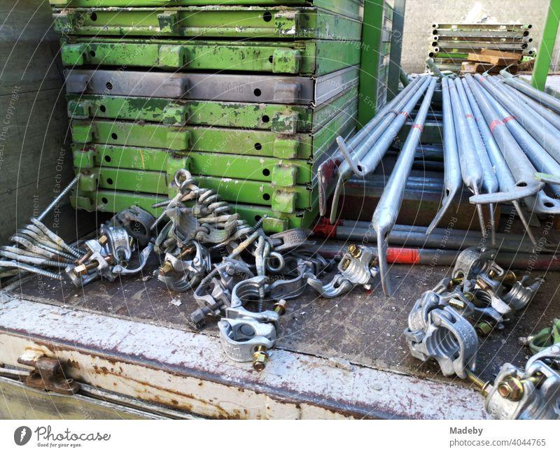Ladefläche des Lkw eines Gerüstbauer mit Gerüstteilen in Frankfurt am Main Bockenheim in Hessen Lastwagen Berüst Baugerüst Eisen Stahl Metall Handwerk Tradition