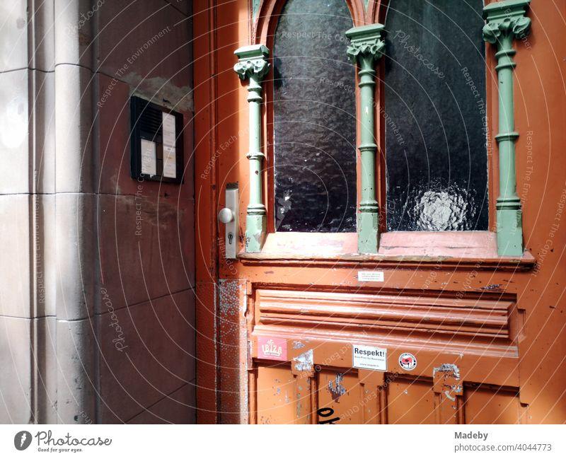 Schöne alte Holztür mit Jugendstil Ornamenten und Riffelglas bei Sonnenschein im Nordend von Frankfurt am Main in Hessen Tür Haustür Altbau Glas Verzierung