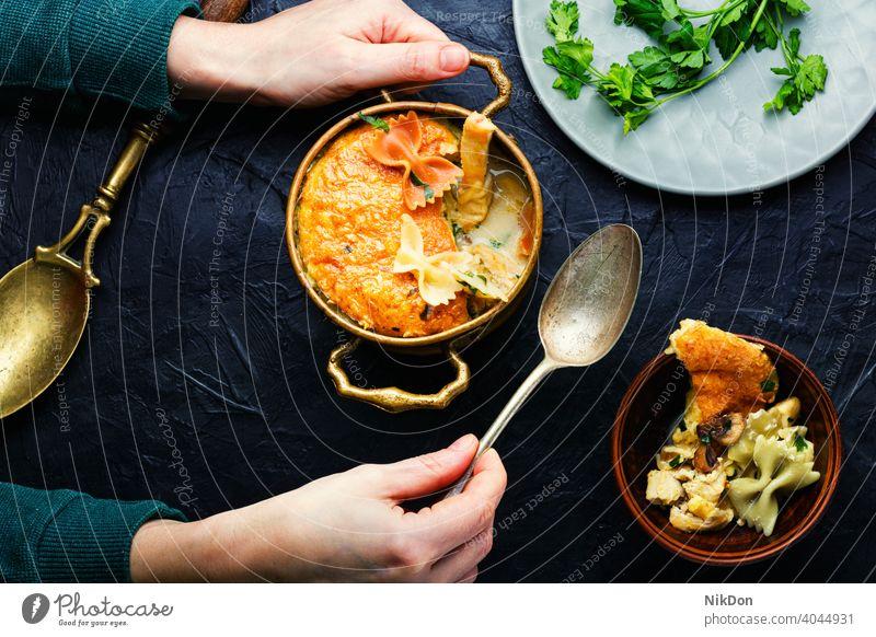 Leckerer Fleischauflauf mit Makkaroni Auflaufform Käse gebacken Hühnerkasserolle Spätzle Hähnchen Melone Topf Lebensmittel Nudelauflauf altehrwürdig