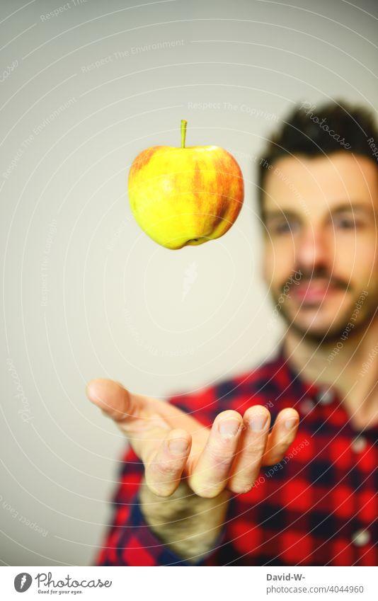 gesunde Ernährung Gesunde Ernährung Vitamine Lebensmittel Hand Apfel Gesundheit Obst vitaminreich Mann Vegetarische Ernährung