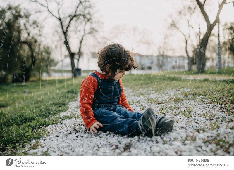 Kind spielt im Park Kaukasier 1-3 Jahre Mädchen Frühling Lifestyle Kindheit Farbfoto Außenaufnahme Kleinkind Freizeit & Hobby Natur Spielen Fröhlichkeit Glück