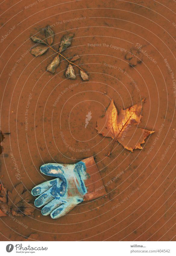 verdreckter ermittler, abgetaucht blau Blatt braun dreckig nass Baustelle türkis Stillleben Ahornblatt Pfütze verloren Handschuhe zurücklassen Arbeitshandschuhe