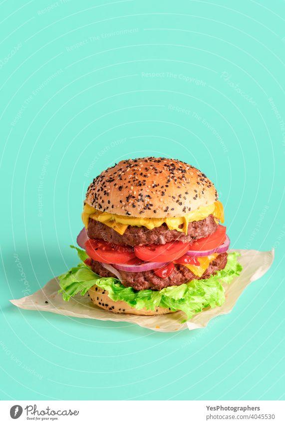 Hausgemachter Burger isoliert auf einem grünen Hintergrund. Rindfleisch-Patty-Burger. Barbecue groß Brot Brötchen Cheddar Käse Cheeseburger farbig Farben