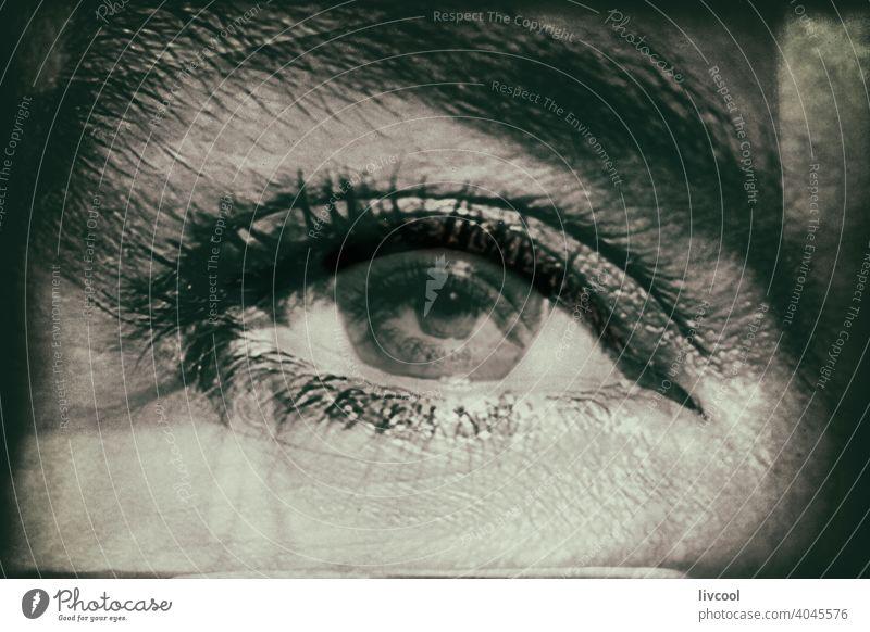 Blick in die Augen Frau brünett schwarz auf weiß Schatten dunkel Aussehen Kräusel Sommersprossen Schönheit reif Porträt echte Menschen Lifestyle attraktiv Reife
