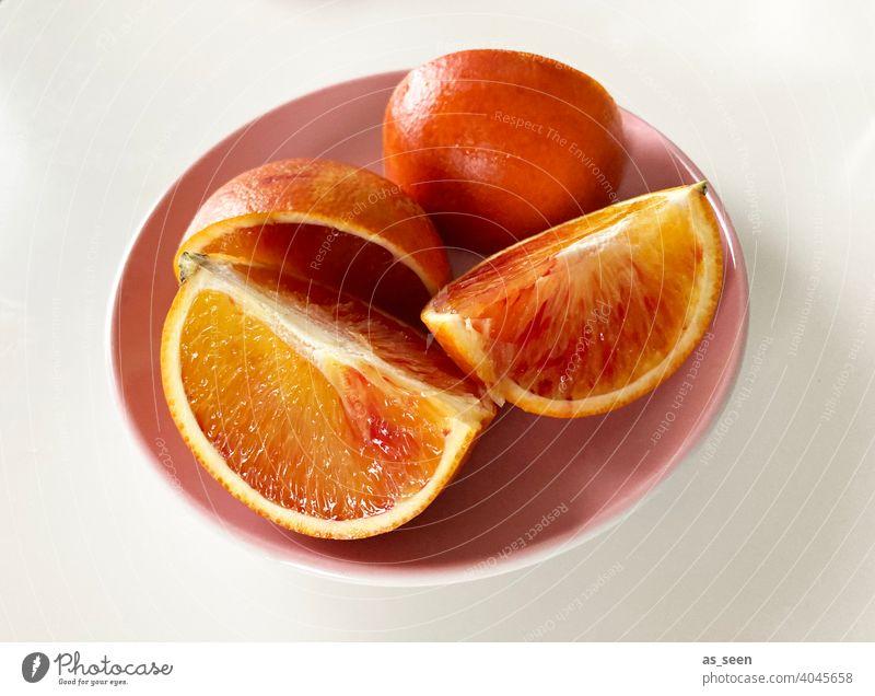 Obstteller mit Blutorangen Orange Spalte frisch saftig sauer Zitrusfrucht Vitamin C Frucht Gesundheit Gesunde Ernährung lecker Lebensmittel vitaminreich