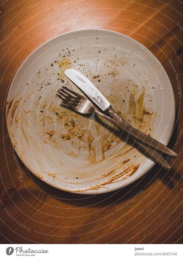 Morgen gibt es Sonnenschein, es ist alles aufgegessen worden | leerer benutzter Teller mit Besteck steht nach dem Essen auf dem Tisch Geschirr Gabel Messer