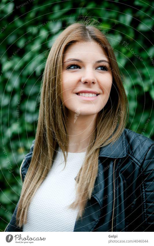Nachdenklich hübsche Frau entspannt im Park jung Mädchen schön Denken nachdenklicher Kaukasier Menschen Schönheit attraktiv Porträt Lifestyle Mode Person Gras