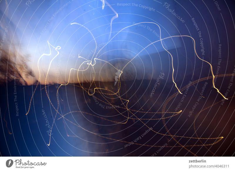 Lichtspritzer licht lichtspur lichtspuren light tracks Spuren Nacht Langzeitbelichtung Geschwindigkeit Bewegung dunkel Linie hell weiß PKW rot durcheinander