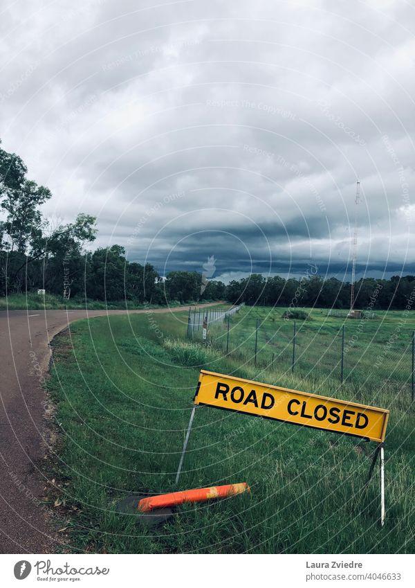 Vielleicht ist die Straße offen Verkehrsschild Verkehrssteuerung Straßenverkehr Schilder & Markierungen Warnschild Verkehrswege Hinweisschild Zeichen Autofahren