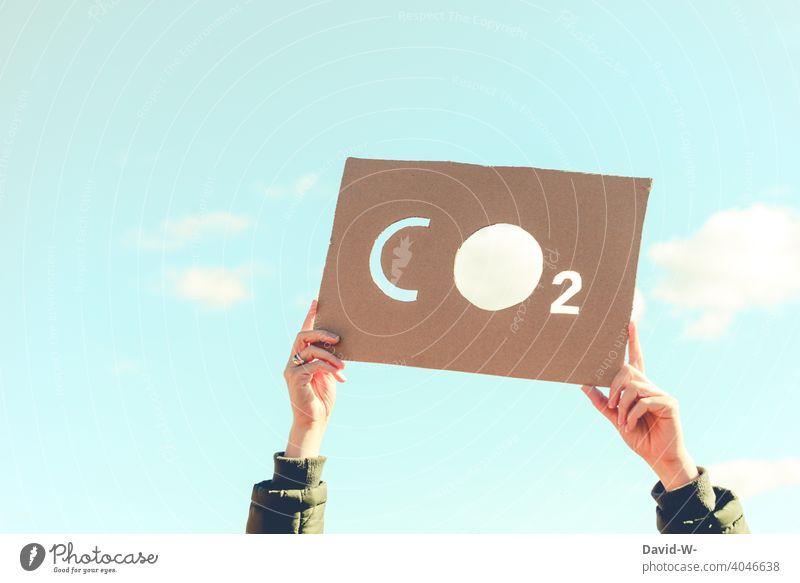 CO2 CO2-Ausstoß Kohlenstoffdioxid Umwelt Klimawandel Umweltverschmutzung Luftverschmutzung Schild Demo Umweltschutz Sauerstoff Zukunft Zukunftsangst Frau Himmel